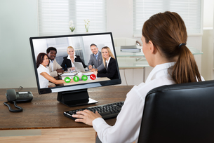 Businesswoman Videochatting With Colleagues On Computerの写真素材 [FYI00784939]