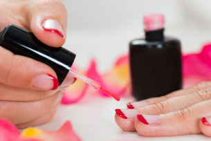 Female Hands Applying Nail Varnishの写真素材 [FYI00784951]