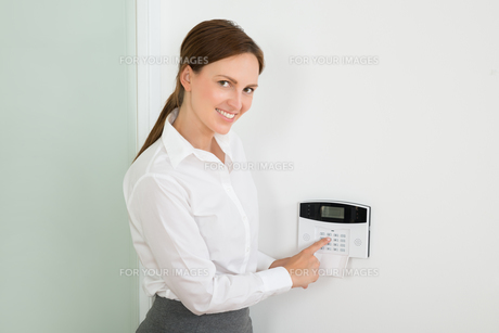 Businesswoman Enter Code In Security Systemの写真素材 [FYI00784973]