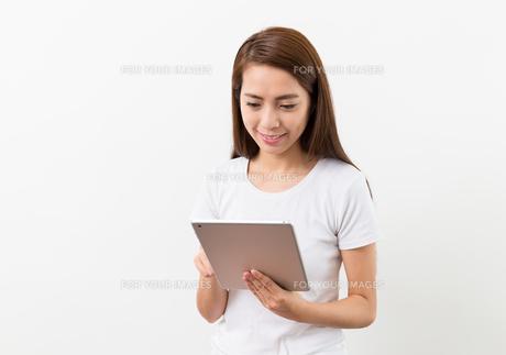 Woman use of tablat pcの写真素材 [FYI00785144]