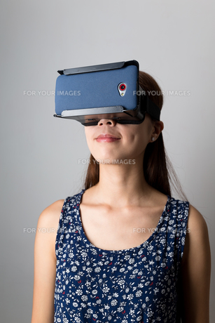 Woman using the VR deviceの写真素材 [FYI00785160]