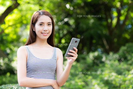 Woman use of cellphoneの写真素材 [FYI00785161]
