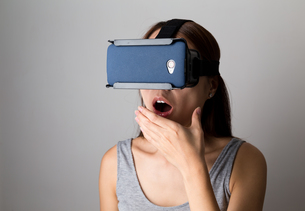 Woman feeling shocking when using the virtual reality deviceの写真素材 [FYI00785174]