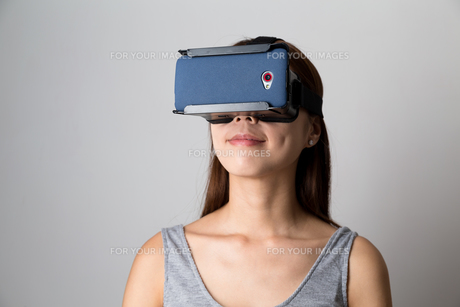 Woman experience though virtual reality deviceの写真素材 [FYI00785176]