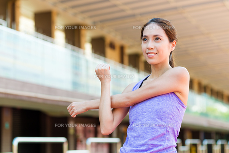 Woman stretching hand at sport stadiumの写真素材 [FYI00785177]
