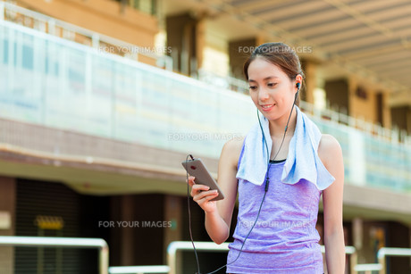 Woman enjoy the music with doing exerciseの写真素材 [FYI00785178]