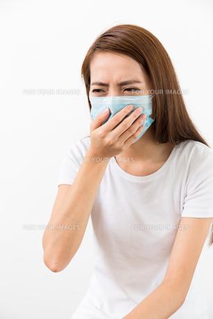 Young woman feeling unwell and wearing the maskの写真素材 [FYI00785187]