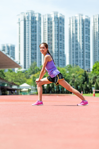 Woman do warm up exercise at sport arenaの写真素材 [FYI00785189]