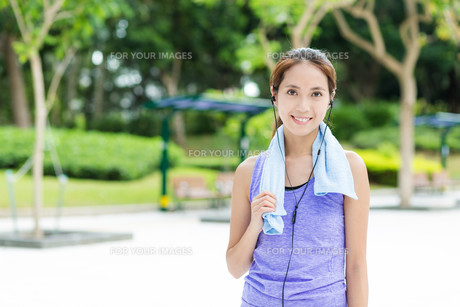 Sporty girl listen to musicの写真素材 [FYI00785198]