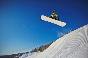 Snowboarding at resortの写真素材 [FYI00785233]