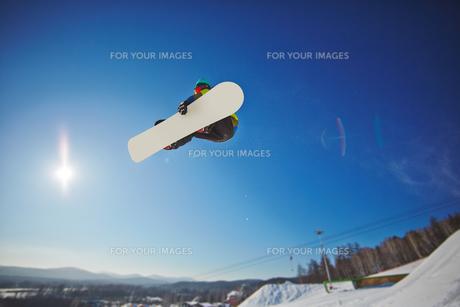 Snowboarding over snowdriftの素材 [FYI00785234]