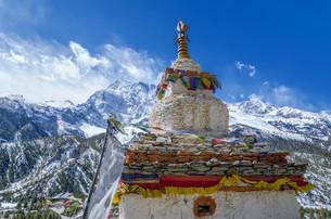 Buddhist stupa with the Annapurna IIIの写真素材 [FYI00785301]