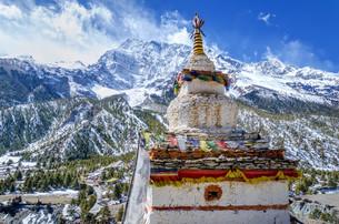 Buddhist stupa with the Annapurna IIIの写真素材 [FYI00785313]