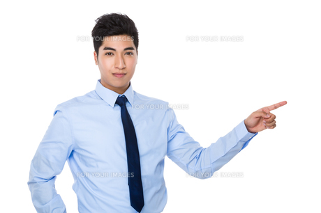 Businessman with finger point asideの素材 [FYI00785373]