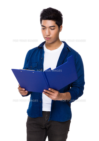 Young man read on the clipboardの写真素材 [FYI00785458]