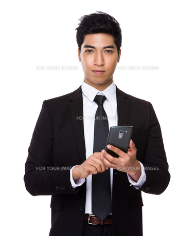 Chinese mixed Indian businessman use of the cellphoneの写真素材 [FYI00785488]