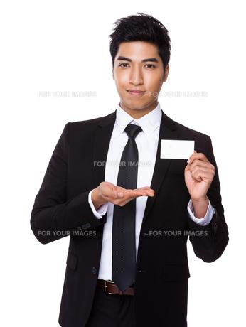 Businessman showing empty namecardの写真素材 [FYI00785494]