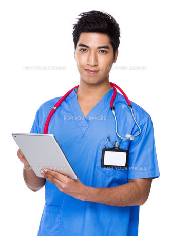 Young doctor use of the tablet pcの写真素材 [FYI00785523]