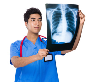 Doctor look at the x ray filmの写真素材 [FYI00785545]