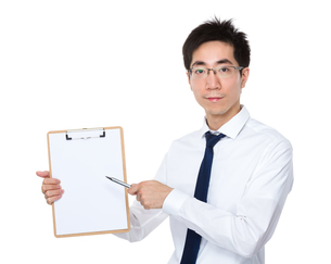 Young businessman pen point to clipboardの写真素材 [FYI00785700]
