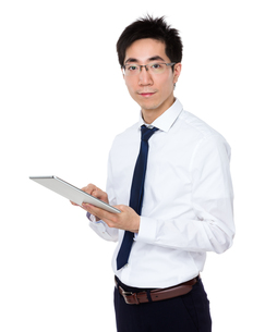 Young businessman use of tablet pcの写真素材 [FYI00785701]