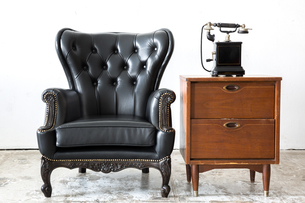 Retro leather chair with telephoneの写真素材 [FYI00785713]