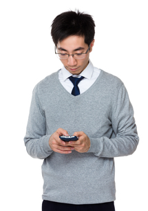 Asian businessman check email on mobile phoneの写真素材 [FYI00785723]