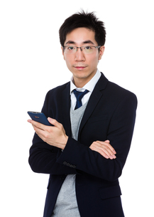 Asian businessman use of cellphoneの写真素材 [FYI00785734]