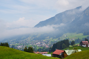 view of the mountain village of riezlernの写真素材 [FYI00785770]