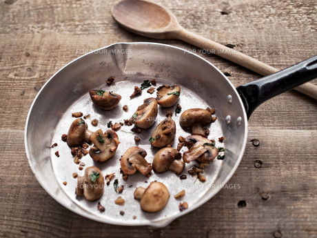 rustic pan sauteed mushroomの写真素材 [FYI00785809]