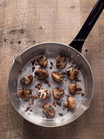 rustic pan sauteed mushroomの写真素材 [FYI00785827]