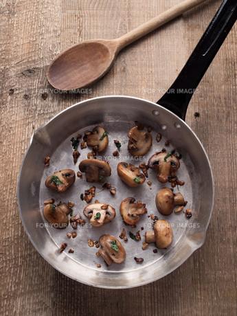 rustic pan sauteed mushroomの写真素材 [FYI00785834]