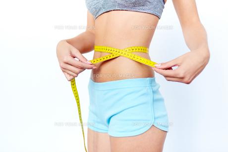 Measuring tape around waistの写真素材 [FYI00785875]