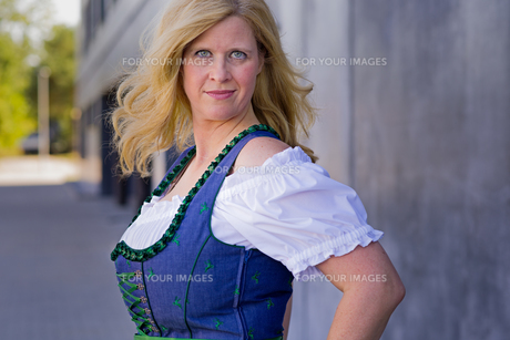 Bavarian Woman in traditional clothing, Oktoberfest - Series 1/21の写真素材 [FYI00785877]