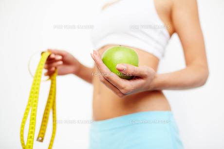 Girl with fresh appleの写真素材 [FYI00785897]