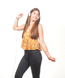 attractive young woman dancing with headphonesの写真素材 [FYI00785918]