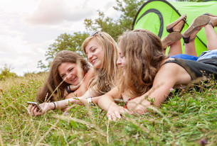 Group of friends outdoors with a smart phoneの写真素材 [FYI00786093]