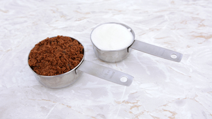 Measuring cups of muscovado and caster sugarの素材 [FYI00786095]