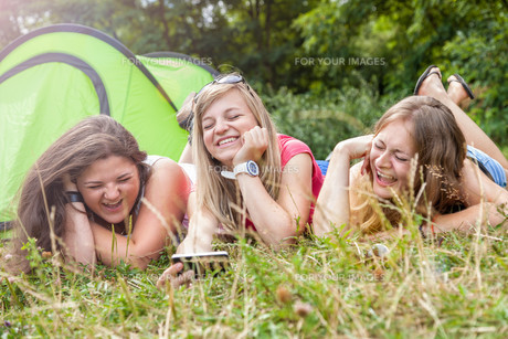 Group of friends outdoors with a smart phoneの写真素材 [FYI00786112]