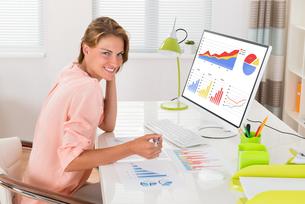 Woman Analyzing Financial Graphsの写真素材 [FYI00786449]