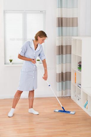 Female Janitor Mopping Floorの写真素材 [FYI00786454]