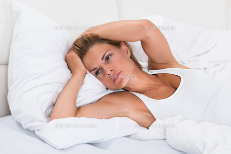 Tired Woman In Bedの写真素材 [FYI00786468]