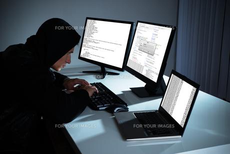 Male Hacker Using Computersの写真素材 [FYI00786522]