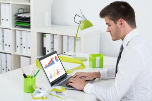 Businessman Analyzing Graph On Laptopの写真素材 [FYI00786536]