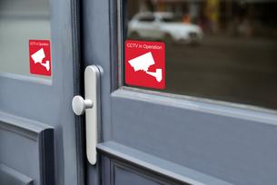 Sticker Of Cctv Camera On Doorの写真素材 [FYI00786550]