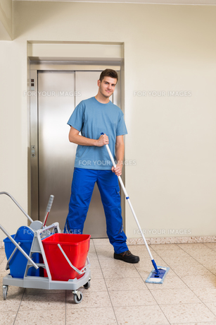 Male Janitor Mopping Floorの写真素材 [FYI00786567]