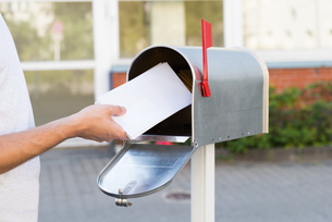 Person Putting Letters In Mailboxの素材 [FYI00786569]