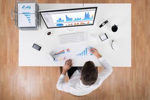 Businessman Analyzing Statistical Graphsの写真素材 [FYI00786575]