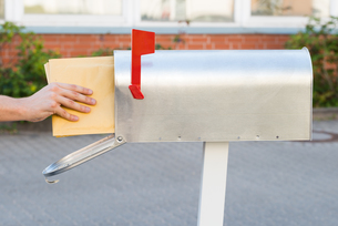 Person Putting Letters In Mailboxの素材 [FYI00786584]
