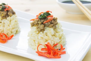 Rice Topped with Stir-Fried Pork and Basil Close Upの写真素材 [FYI00786631]